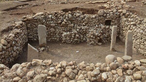 Mardin'in Dargeçit ilçesinde, yaklaşık 11 bin 500 yıllık olduğu değerlendirilen yapı gün yüzüne çıkarıldı. Yapının, Göbeklitepe ile yaşıt olduğu kaydedildi. - Sputnik Türkiye