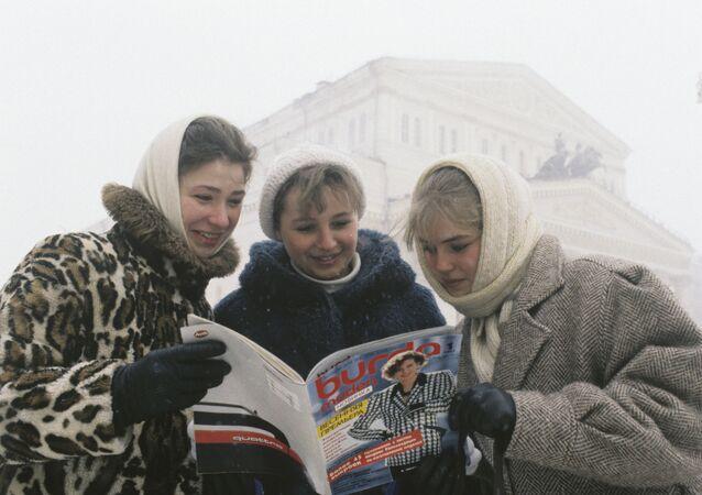 Moskovalı kadınlar, Burda moden dergisinin ilk Rusça sayısını okuyor, 1987