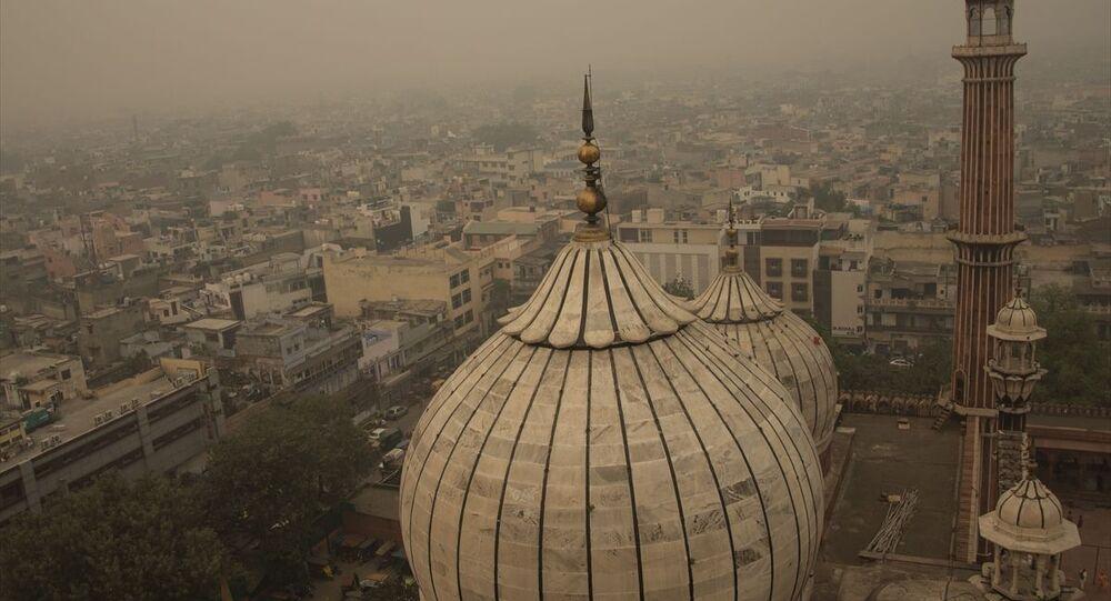 Hindistan'ın başkenti Yeni Delhi'de hava kalitesinin acil durum seviyesine düştüğü bildirildi. Başkentteki 37 hava kalitesi izleme istasyonunun tamamı hava kalitesi indeksini 400'ün üzerinde gösterirken, bazı bölgelerde bu seviyenin 700'ün üzerine çıkarak tehlikeli seviyeye geldiği iletildi.