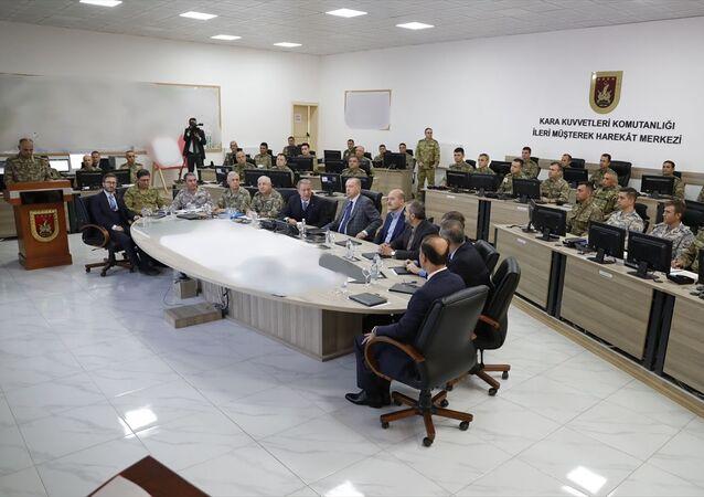 Türkiye Cumhurbaşkanı Recep Tayyip Erdoğan, Kara Kuvvetleri Komutanlığı İleri Müşterek Harekat Merkezi'ni ziyaret ederek Barış Pınarı Harekatı'na ilişkin bilgi aldı.