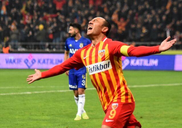 Umut Bulut Fenerbahçe'ye gol attıktan sona sevinirken