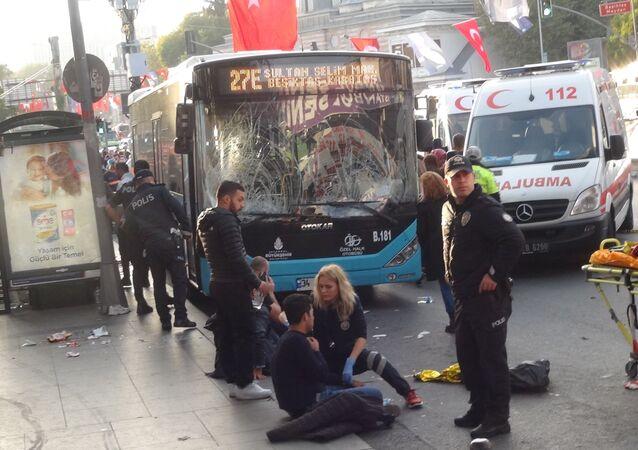 Beşiktaş'ta Ortaköy istikametine doğru ilerlediği sırada kontrolden çıkarak durağa dalan özel halk otobüsü 13 kişi yaralamıştı. Yaralılardan birinin yapılan bütün müdahalelere rağmen kurtarılamayarak hayatını kaybettiği öğrenildi.