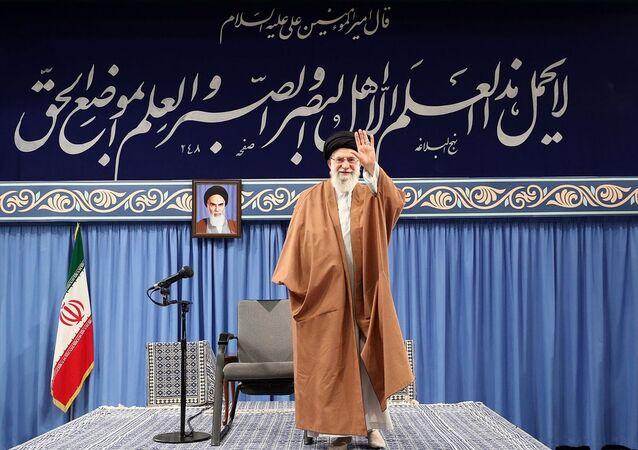 İran'ın başkenti Tahran'da lise ve üniversite öğrencileriyle bir araya gelen İran lideri Ali Hamaney, ABD'nin Tahran Büyükelçiliğinin 4 Kasım 1979'daki işgaliyle ilgili konuştu.