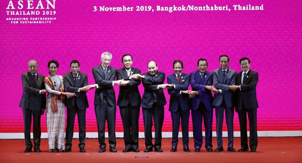 ASEAN'ın asli 10 üyesinin liderleri, Bangkok'da düzenlenen 35. zirvede aile fotoğrafı için el ele verirken