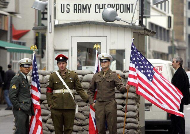 Almanya başkentindeki Berlin Duvarı'nın en meşhur geçiş noktası olan Charlie kontrol noktasında ABD askerlerini canlandıran aktörler