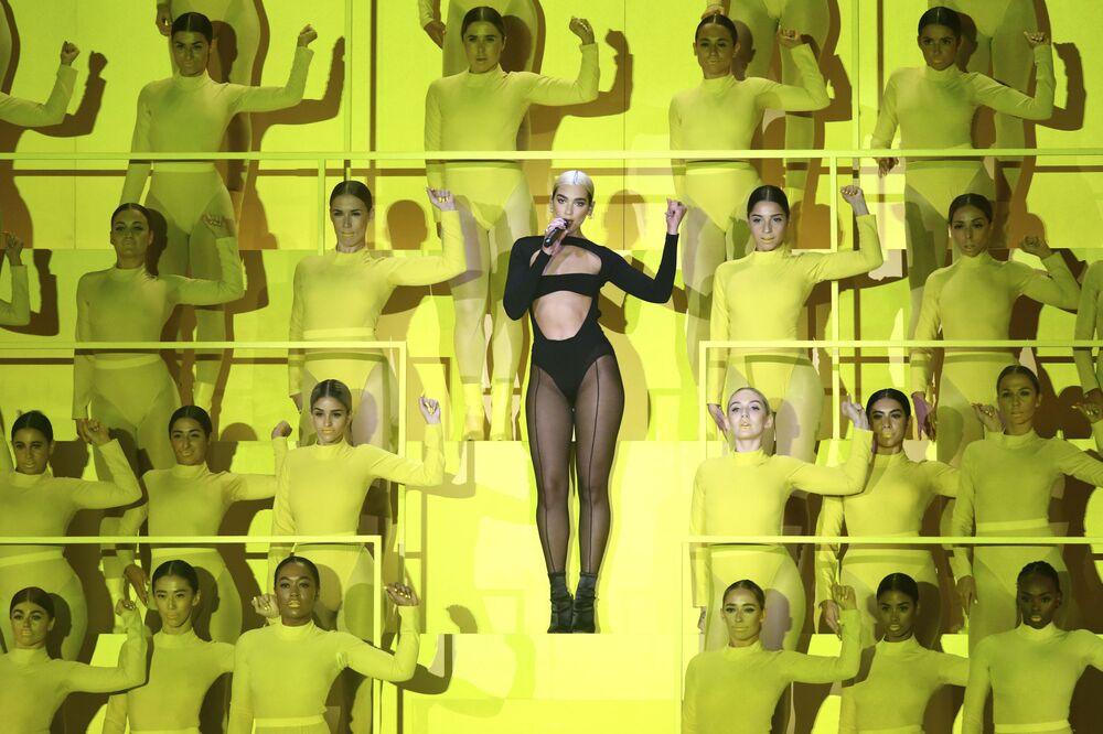 Şarkıcı Dua Lipa'nın 2019 MTV Avrupa Müzik Ödülleri törenindeki gösterisinden bir kare.