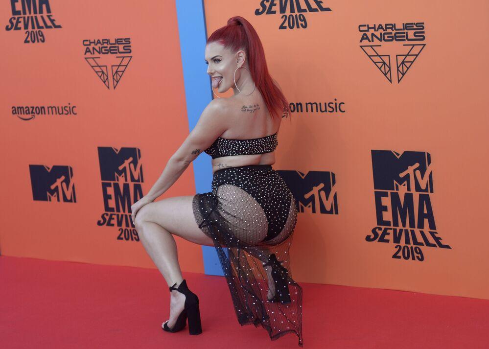Rapçı  Justina Valentine, 2019 MTV Avrupa Müzik Ödülleri kırmızı halısında.