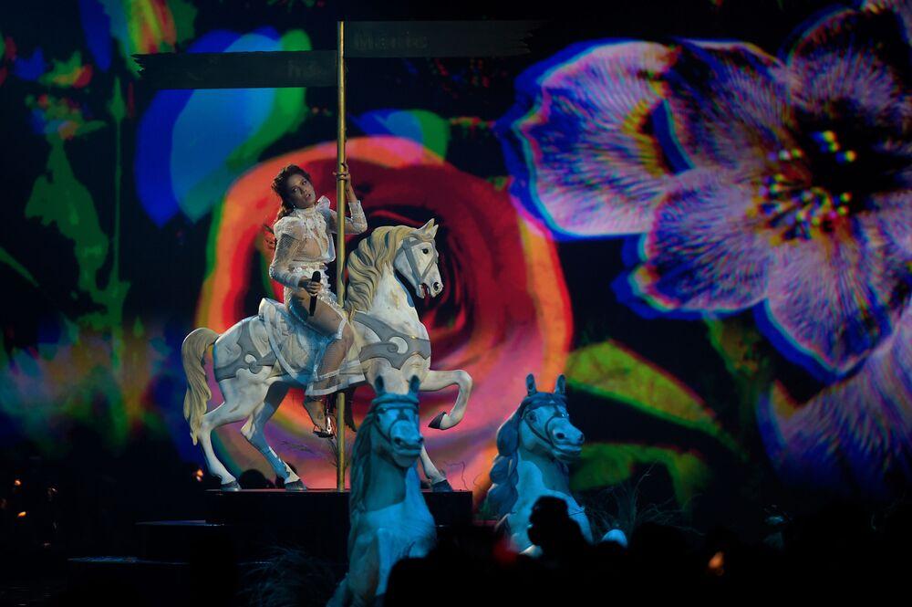 En İyi Pop Şarkıcısı Ödülü'nü kazanan ABD'li sanatçı Halsey'nin gösterisinden bir kare.