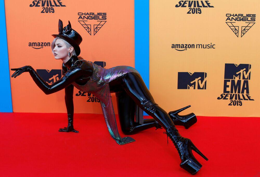 Dikkatleri üzerine toplayan şarkıcı Maruv, 2019 MTV Avrupa Müzik Ödülleri'nin kırmızı halısında.