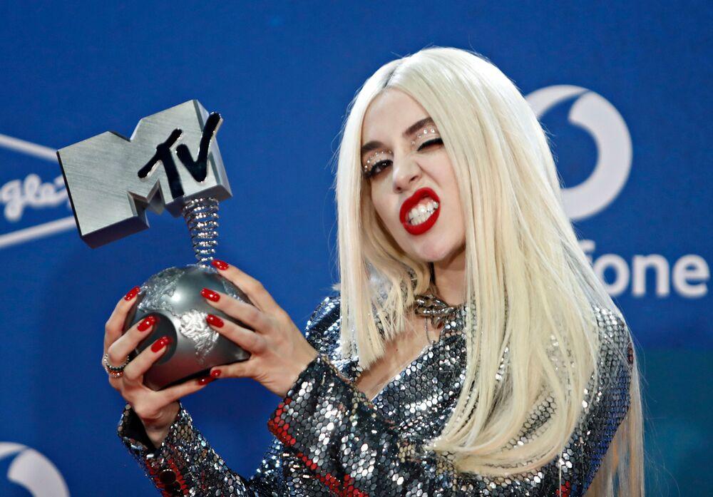 En İyi Çıkış Yapan Sanatçı Ödülünü alan şarkıcı Ava Max, kırmızı halıda poz veriyor.