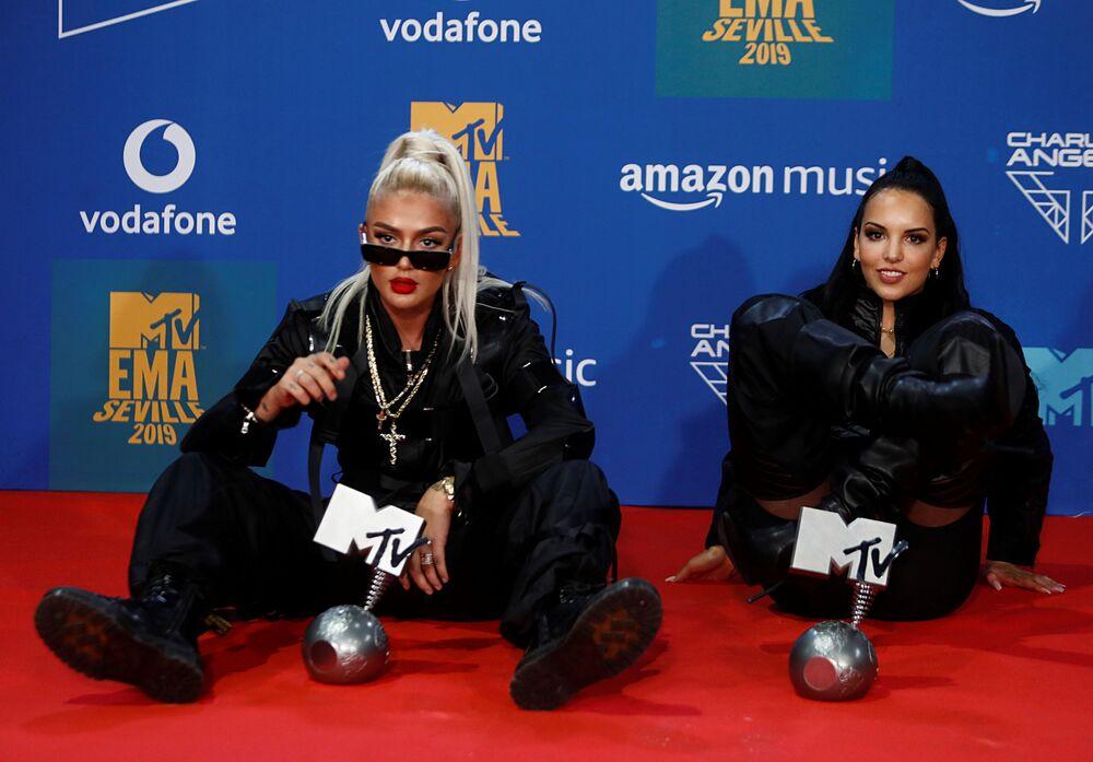Ödülleriyle poz veren şarkıcılar Loredana ve  Juju