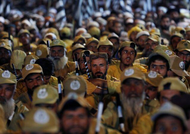 Muhalefet partilerinden İslam Alimleri Cemiyeti - Fazl'ın (JUI-F) başını çektiği, ana muhalefet partisiPakistanMüslüman Ligi-Navaz (PML-N) vePakistanHalk Partisi'nin (PPP) de destek verdiği Özgürlük Yürüyüşü