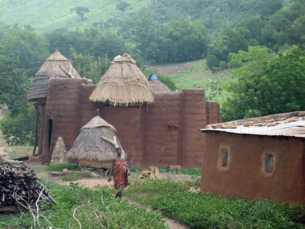 Afrika ülkesi Togo'da yaşayan Tamberma halkının geleneksel kil kalelerinin yer aldığı köy.