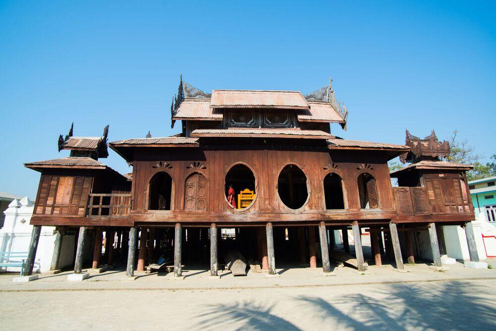 Myanmar'da bulunan tik ağacından yapılan tarihi Shve Yan Pi Manastırı
