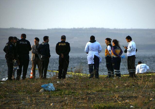 Çanakkale'nin Lapseki ilçesinde sahile vurmuş kadın cesedi bulundu. Olay yerine çağrılan 112 Acil Servis ekipleri, yaşlı kadının hayatını kaybettiğini belirledi.