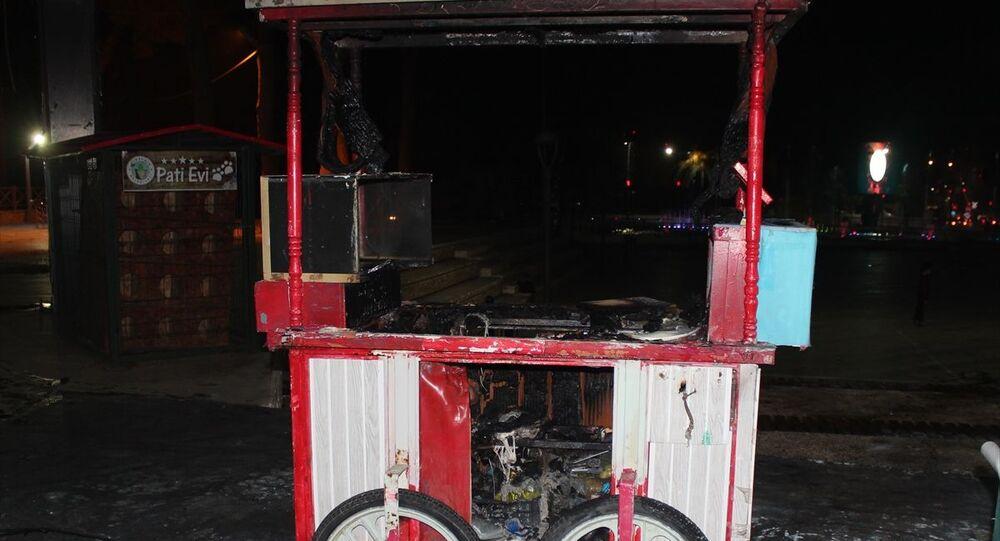 Manisa'nın Alaşehir ilçesinde belediyenin caddeye giriş yasağına tepki gösteren seyyar satıcı, belediye hizmet binası önünde tezgahını yaktı