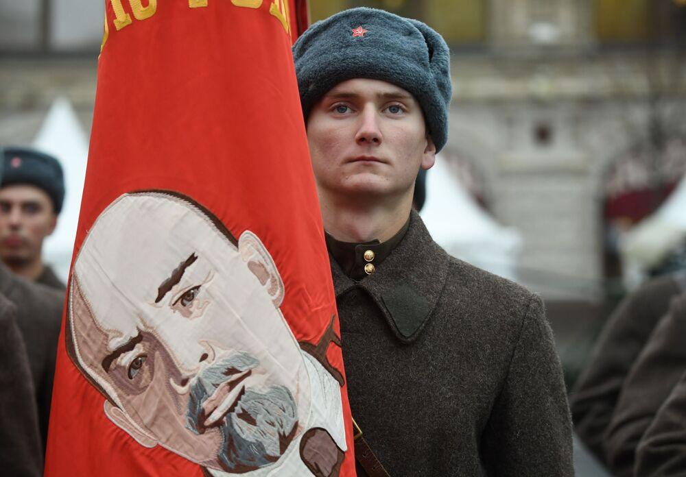 Kızıl Meydan'da 7 Kasım 1941 tarihli askeri geçidin 78. yıldönümünde düzenlenen etkinliğin katılımcılarından biri.