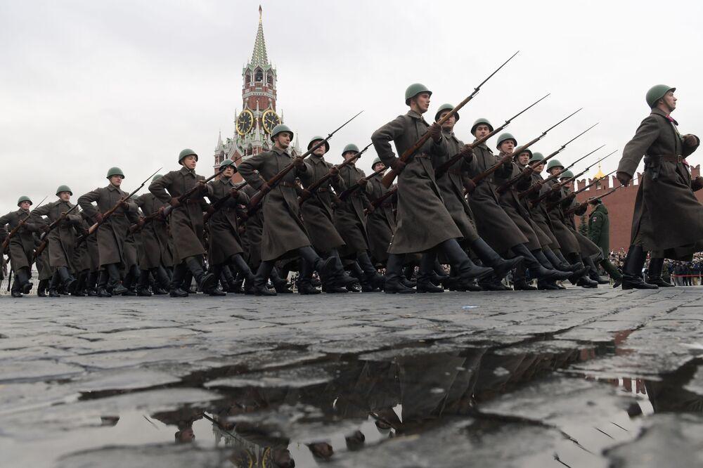 Nazi güçlerinin Moskova'ya yaklaştığı sırada yapılan bu etkinlik, SSCB'nin Nazi Almanyası'na karşı boyun eğmeyeceği ve  Kızıl Ordu'nun moralinin bozulmadığını tüm dünyaya sergilemeliydi.