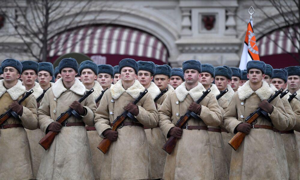 İkinci Dünya Savaşı'nda Moskova yakınlarına kadar ilerleyen Alman Nazi birliklerine karşı ilk büyük taarruz, 7 Kasım 1941'de Kızıl Meydan'daki Sovyet askerlerinin geçit töreninin ardından başladı.