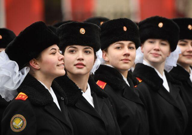 7 Kasım 1941 tarihli askeri geçit töreninin 78. yıldönümünde  Kızıl Meydan'da düzenlenen törene katılan askeri okulların kzı öğrencileri.