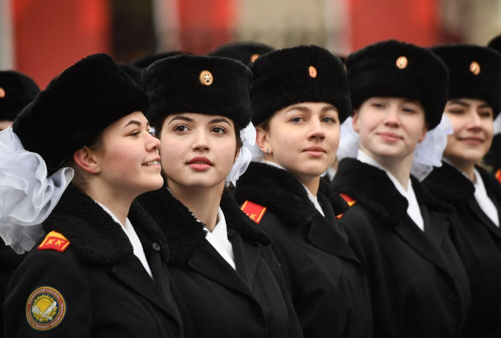 7 Kasım 1941 tarihli askeri geçit töreninin 78. yıldönümünde  Kızıl Meydan'da düzenlenen törene katılan askeri okulların kız öğrencileri.