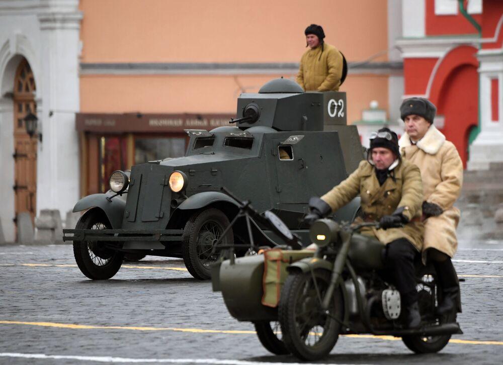 Yaklaşık bir saat süren törende  dönemin zırhlı araçları da yer aldı.