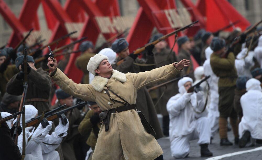7 Kasım 1941'de Kızıl Ordu'nun Nazi Almanyası'na karşı Kızıl Meydan'da toplanarak taarruza geçmesinden önce yapılan dev askeri geçit töreni 78. yılında yeniden canlandırıldı.