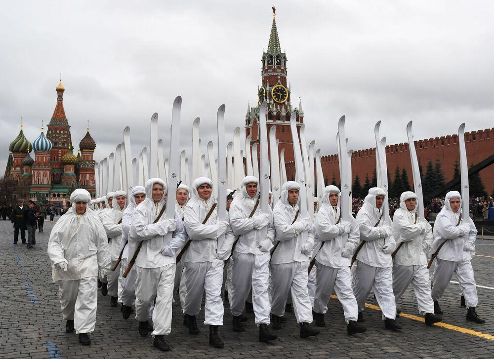 Başkent Moskova'nın kalbindeki Kızıl Meydan'da düzenlenen görkemli  geçit törenine yaklaşık 4 bin kişi katıldı.