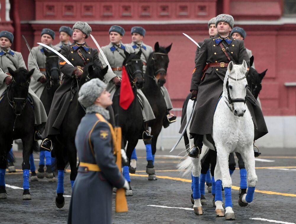 Etkinliğin  amacı, 78 yıl önce Kızıl Meydan'da düzenlenen tarihi askeri geçitteki atmosferi yeniden yaratmak.