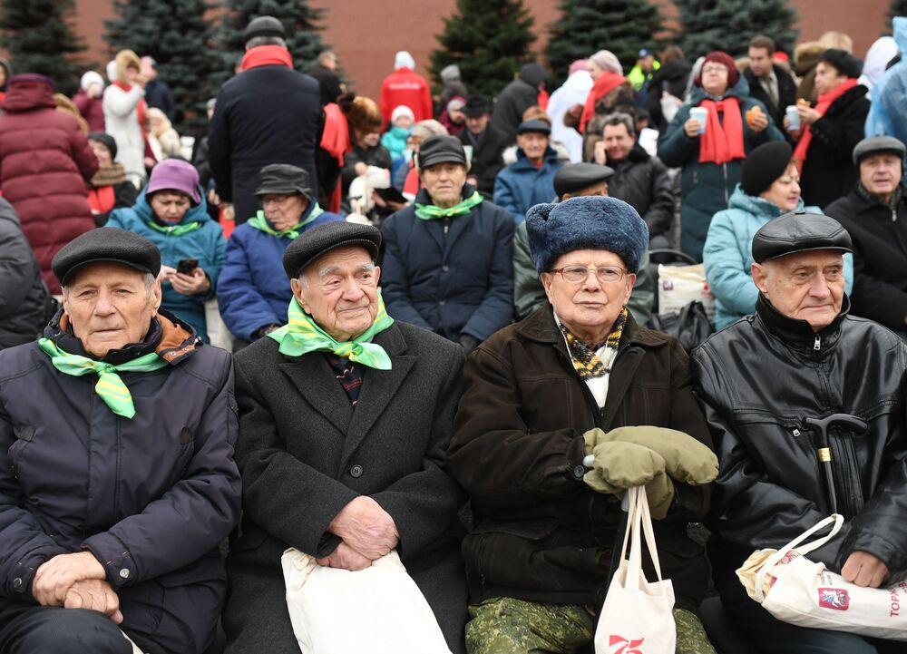 Kızıl Meydan'da yapılan geçit töreninde yaklaşık 4 bin kişinin yanı sıra  gaziler de  yer aldı.