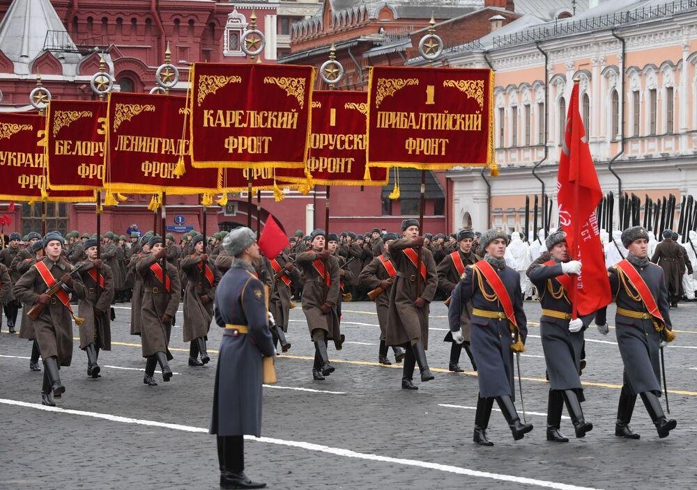 Her yıl olduğu gibi renkli görüntülere sahne olan törendeki Rus Silahlı Kuvvetleri askerleri o döneme ait üniformalarla yürüdü.