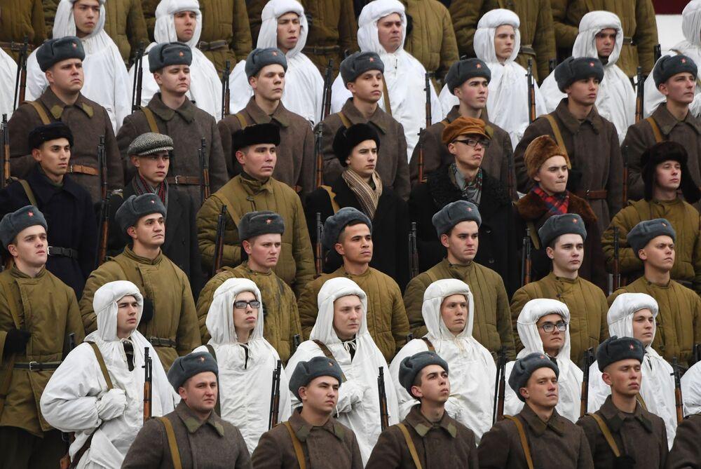 Büyük risk taşıması nedeniyle gizli yapılan bu etkinliğe katılan birlikler, geçidin hemen ardından cepheye gidiyordu. Cephe hattı bazı yerlerde Kızıl Meydan'a 30 km yakınından geçiyordu.