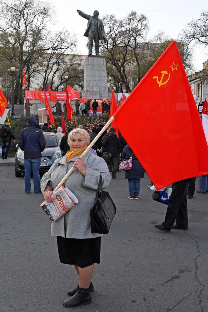 Çarlık Rusyası'nın yıkılıp Sovyetler Birliği'nin kurulması ile sonuçlanan 1917 Ekim Devrimi bugün 102. yıldönümünde anılıyor.