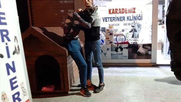 Köpeğin sahibi olduğu öğrenilen Gökhan Y'yi arkadaşları teselli etti. - Sputnik Türkiye