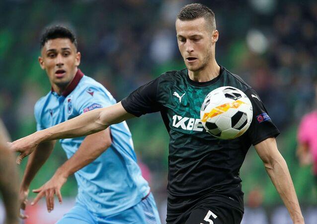 UEFA Avrupa Ligi C Grubu 4. hafta karşılaşmasında Rusya temsilcisi Krasnodar ile Trabzonspor Krasnodar Stadı'nda karşılaştı. Krasnodar oyuncusu Uroš Spajic (sağda) bir pozisyonda rakibiyle mücadele etti.