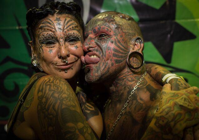 Uruguaylı dövme sanatçısı Victor Hugo Peralta ve eşi Arjantinli dövmeci Gabriela Peralta,  Guinness Rekorlar kitabına  'En fazla dövmeye sahip olan evli çift' ünvanıyla  girdi.