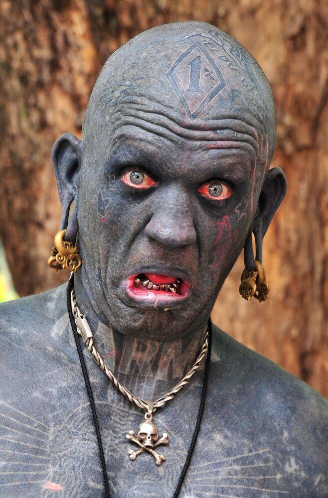 Yeni Zelandalı Lucky Diamond Rich, dünyanın en çok dövmesine sahip olan insanı. Rich, vücudundaki dövmeleri yaptırmak için 1000 saatten fazla zaman harcamış. Diamond'un göz kapakları, ayak parmakları arasındaki deri, hatta diş etleri de dâhil olmak üzere tüm vücudu dövmeyle kaplı.