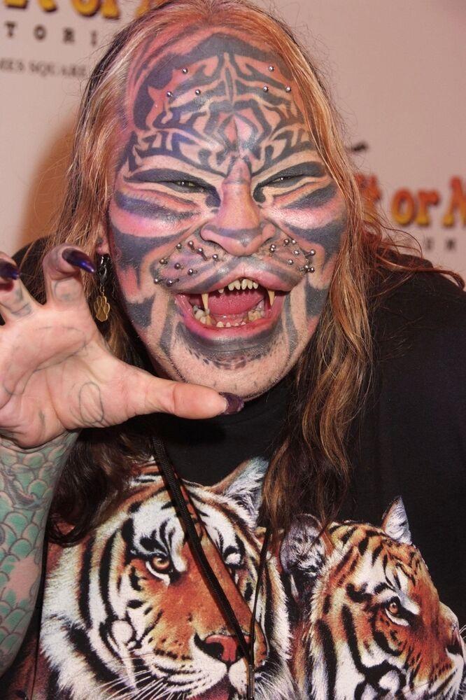 Bir kedi görünümüne girmek için defalarca bıçak altına yatan ABD'li bilgisayar teknisyeni Dennis Avner,  üst dudağını kaldırttı ve burnunu küçülttürdü. Kalıcı dövmelerle yüzü ve vücuduna kedi motifleri yaptıran  Amerikalı, ağız bölgesine piercingler de yaptırdı.