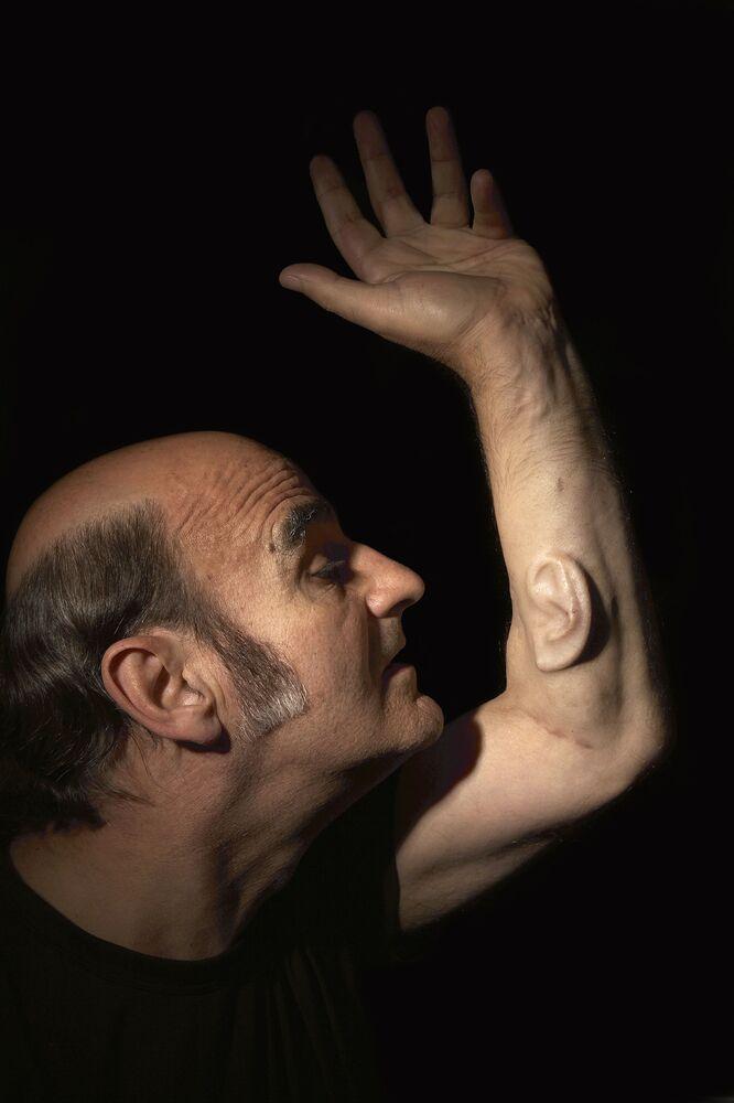 Avustralyalı dünyaca ünlü sanatçı Stelarc,  sanatı için sol kolunda 3. bir kulak büyüttü. İleriki ameliyatlarında 3. kulağına Wi-Fi bağlantılı mikrofon yerleştirmeyi planlayan sanatçı, dünyanın neresinde olursa olsun insanların onun duyduğu şeyleri de duymalarını sağlamayı amaçlıyor.