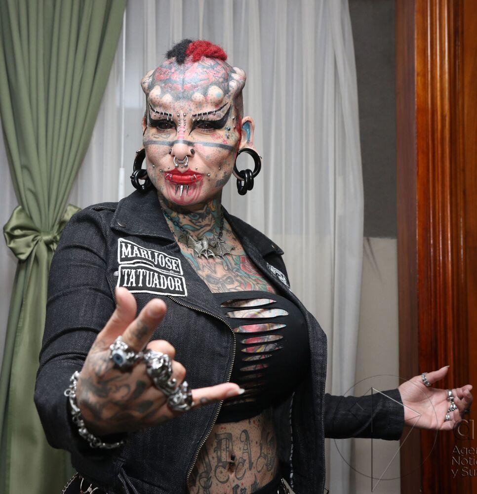 Vücudunun bir çok yerine dövme ve piercing yaptıran Meksikalı dövmeci  Maria Jose Cristerna, onlarca estetik ameliyatına girip kendini bir vampire dönüştürmüştür.