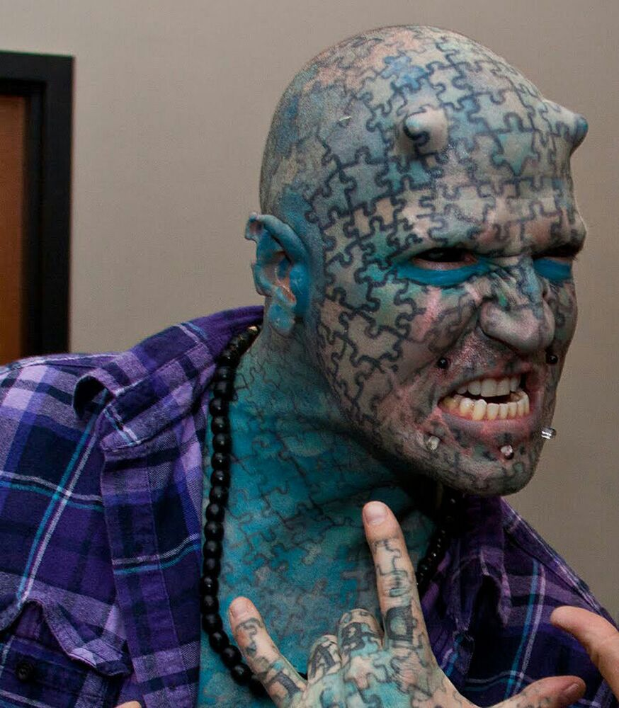 The Enigma lakaplı ABD'li gösteri sanatçısı ve müzisyen Paul Lawrence, vücudunun her yerini mavi puzzle parçalı dövmelerle kaplattı, başının üzerine ameliyatla boynuzlar taktırdı.