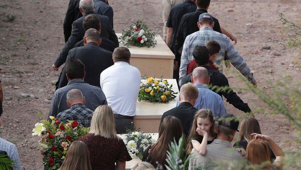 Meksika'nın Sonora eyaletinde kartel savaşına kurban giden Mormon tarikatından 3 anne ile 6 çocuğunun cenazeleri kaldırılırken - Sputnik Türkiye