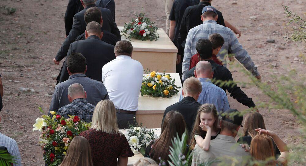 Meksika'nın Sonora eyaletinde kartel savaşına kurban giden Mormon tarikatından 3 anne ile 6 çocuğunun cenazeleri kaldırılırken