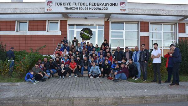 Trabzonsporlu taraftarlar, Süper Lig 2019-2020 Cemil Usta Sezonu'nda, Trabzonspor'un maçlarında hakem hataları yapıldığı gerekçesiyle TFF Trabzon Bölge Müdürlüğü önünde toplandı. - Sputnik Türkiye