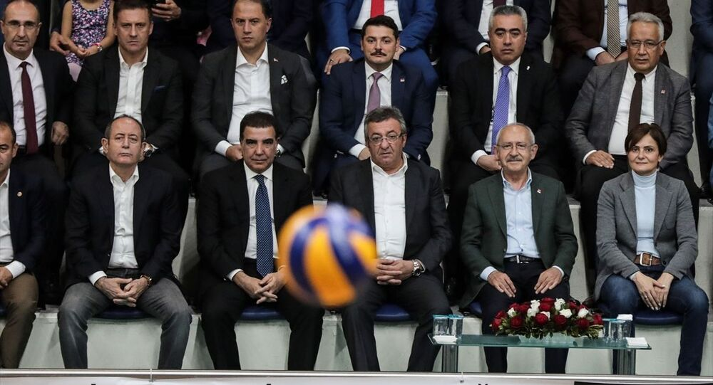 Kılıçdaroğlu, CHP İstanbul İl Başkanlığı tarafından düzenlenen İstanbul Kupası- İlçe Örgütleri Voleybol Turnuvası'nın İstanbul Büyükşehir Belediyesi Hidayet Türkoğlu Spor Kompleksi'nde oynanan final maçını izledi.