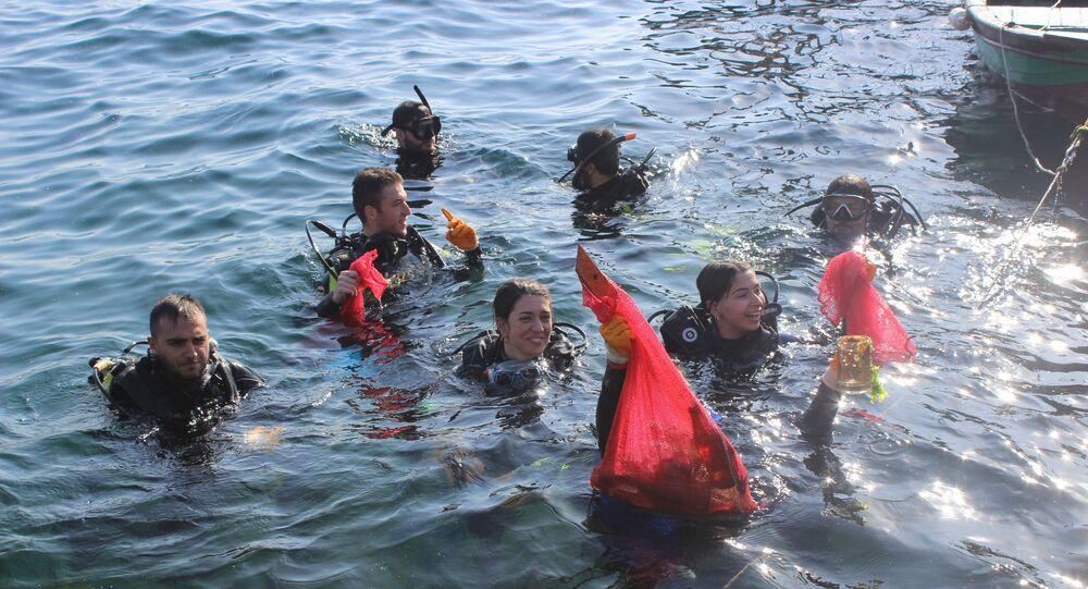 Ortaköy Sahilinden suya dalan balık adamlar Boğazın dibinde deniz temizliği yaptı. Denizden çıkarılan cam şişe ve porselen tabakların yanı sıra polis barikatı görenleri hayrete düşürdü.