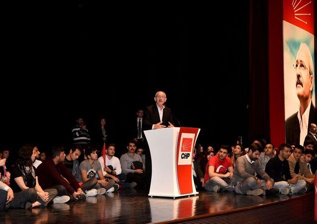 CHP Genel Başkanı Kemal Kılıçdaroğlu, CHP Gençlik Kolları'nın düzenlediği Hatıran Yeter etkinliği kapsamında 81 ilden parti genel merkezine gelen gençlerle buluştu.