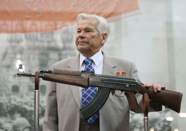 Dünyanın en çok kullanılan silahı olarak bilinen AK-47 tüfeğini geliştiren Kalaşnikof, hem 'Rusya Kahramanı' unvanına hem de Sosyalist Emek Kahramanı (iki kere) unvanına sahip olan tek Rusya vatandaşı.
