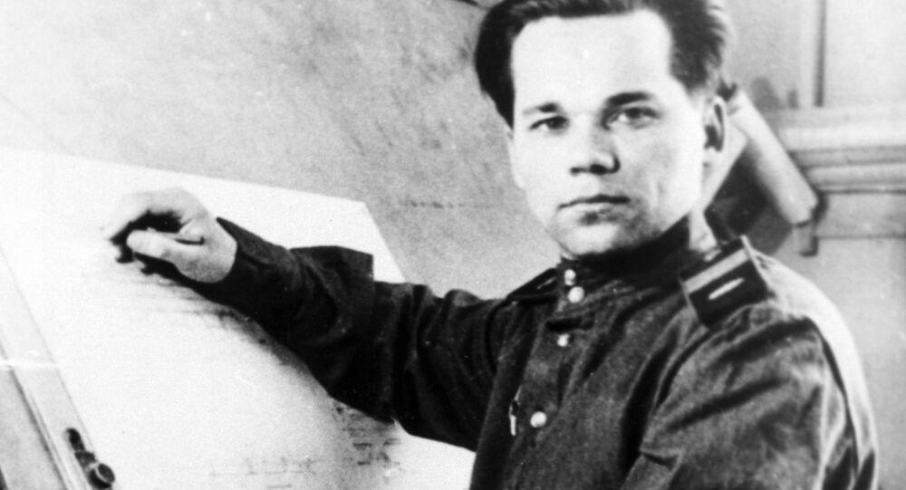 Geri hizmete alınan Kalaşnikof, uzun çalışmalarının ardından 1947'de ülkesinin savunması için kendi adını verdiği silahı icat etmişti.
