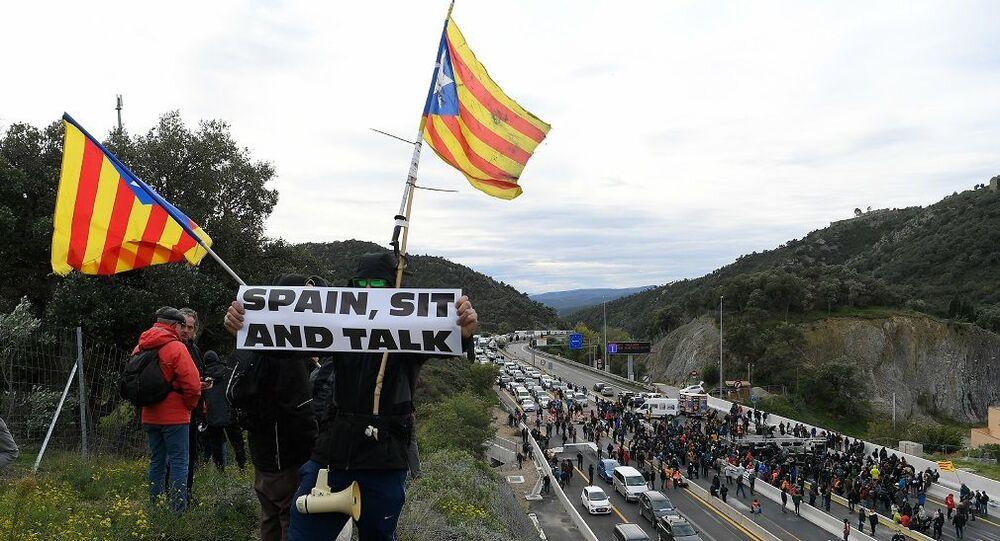 Katalonya'daki bağımsızlık girişimleriyle ilgili asla müzakere masasına oturmayacağını açıklayan İspanya'daki merkezi hükümete atfen, bazı eylemcilerin ellerinde İspanya, otur ve konuş yazılı pankartlar taşıdığı görüldü.